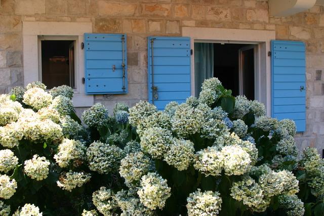 Окна в средиземноморском архитектурном стиле