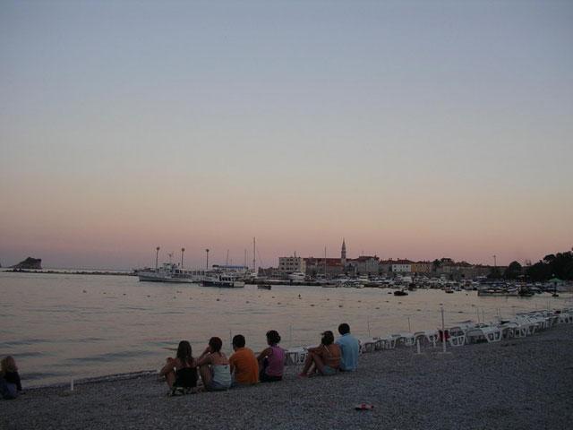 С пляжей Будвы прекрасно видны закаты